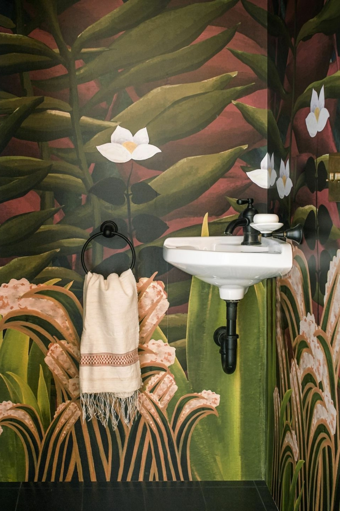 ein buntes Bild an den Wänden, weiße Blumen, ein kleines Waschbecken, Badezimmer Gestaltungsideen