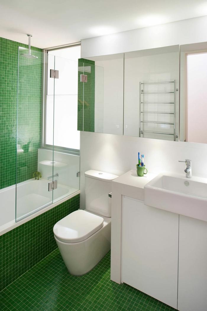 grüner Boden und grüne Wände, ein Spiegelschrank, ein weißes Waschbecken und weiße Badmöbel Set, günstige Badmöbel für kleine Bäder