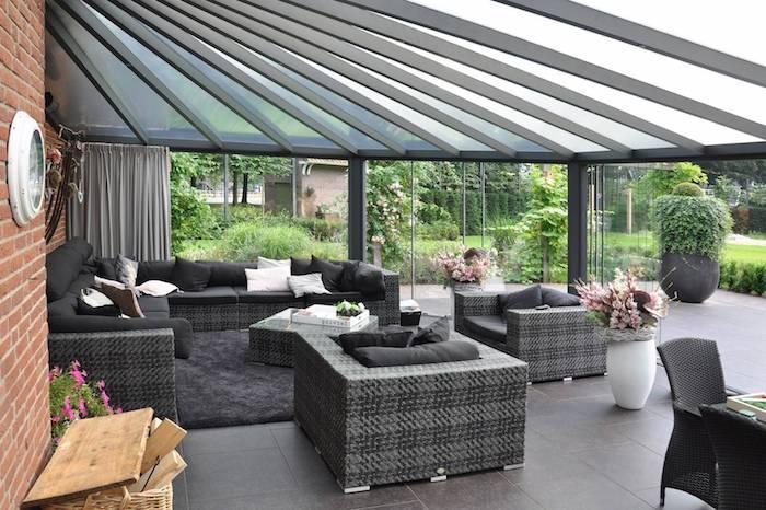 schwarze terrassenüberdachung und graue und schwarze möbel aus rattan