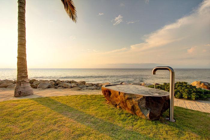 gartengestaltung ideen diy, meer und blauer himmel, eine große palme und badewanne aus stein und mit gartendusche