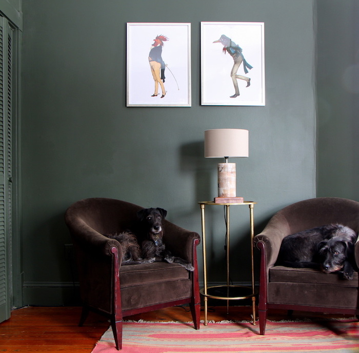 retro stil im wohnzimmer einrichten, zwei braune sessel aus samt, zwei hunde auf den sesseln, zwei bildern mit hahn