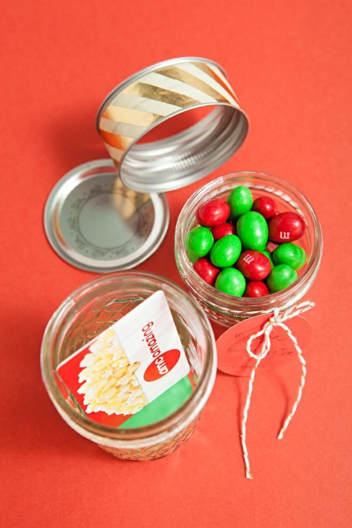 zwei Weckgläser, ein voller Bonbons und das andere mit Gutschein, Dekoband auf dem Deckel, Geschenke schön verpacken