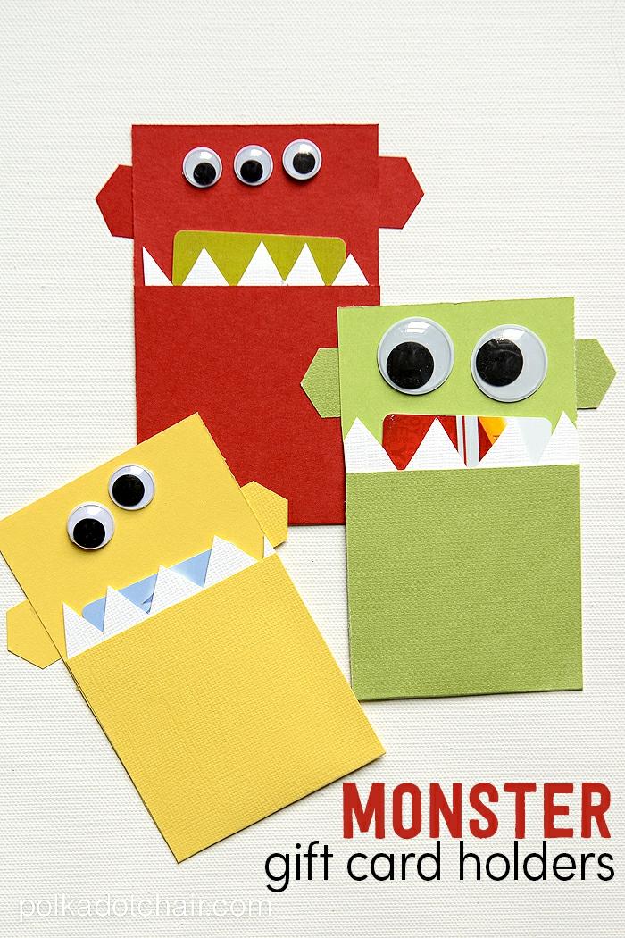 Gutschein verpacken, drei Ungeher in grüner, gelber und roter Farbe mit weißen Zähnen
