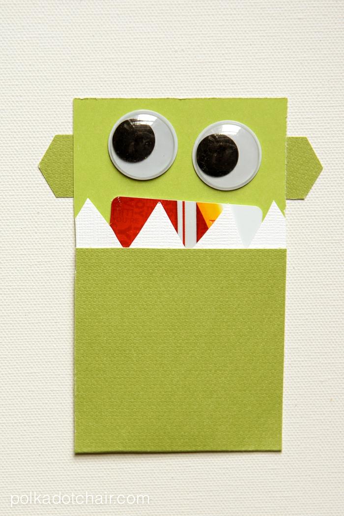 ein grünes Ungeher, das ein rotes Gutschein wie Zunge im Mund hat, Gutschein verpacken