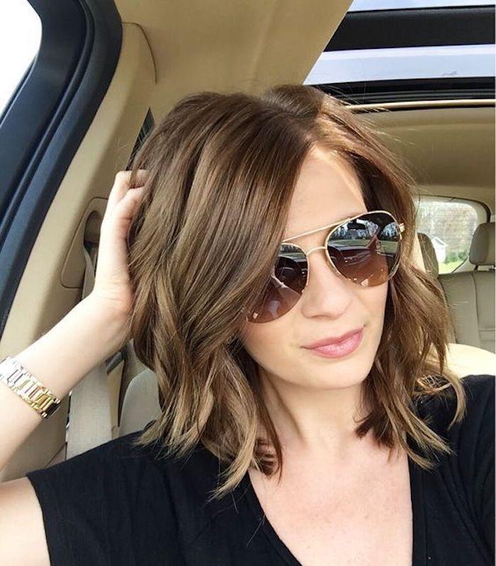smart frisuren für feines haar, bob für feines haar, waves in den haaren, brille, armbanduhr, foto in dem auto