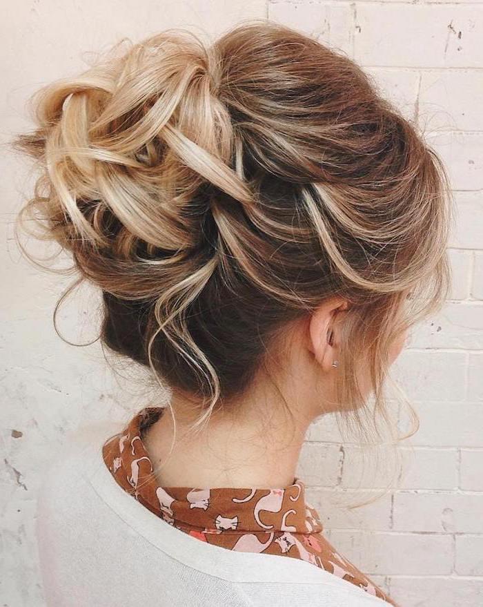 blonde mittellange haare schnitt und frisur, hochsteck frisur zum nachmachen, eine frau mit hemd und cardigan, braun und beige kleidung mit blonden haaren kombinieren