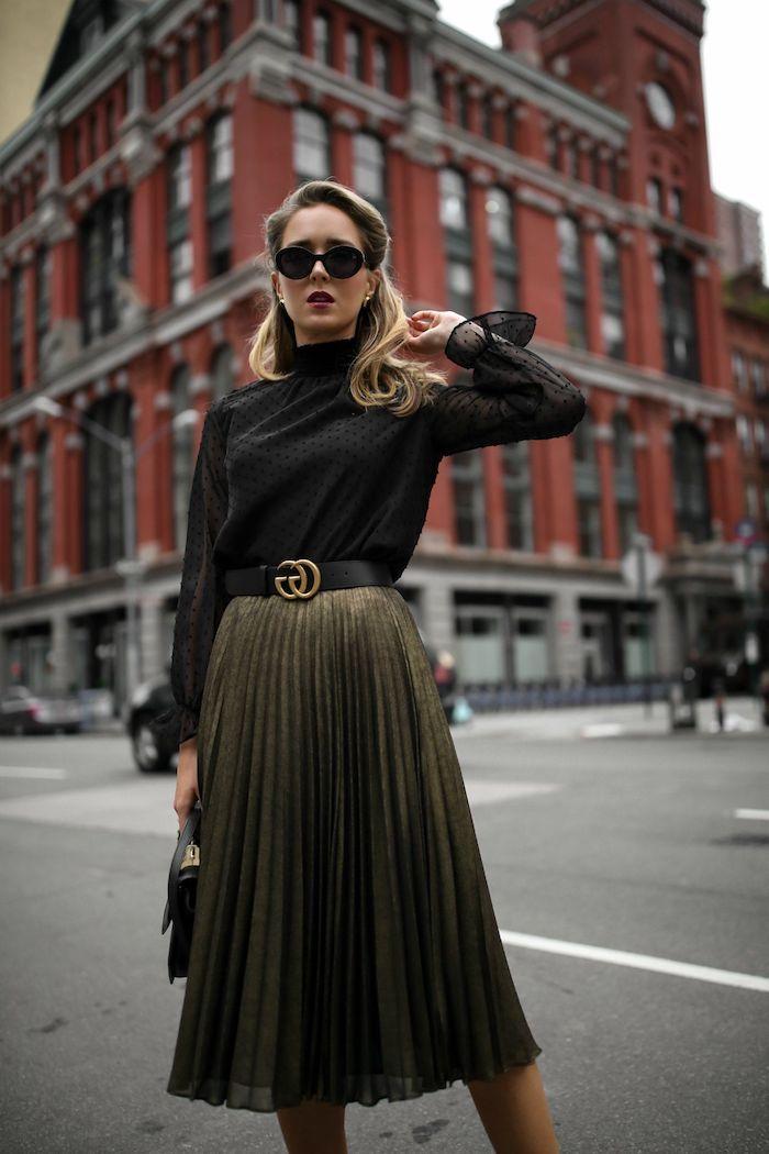 Halboffene Haare mit Highlights, schwarzes Top und langer Rock, elegantes Outfit für Damen