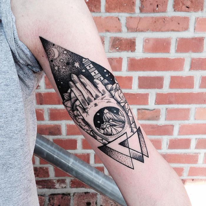 eine hand miteinem großen schwarzen arm tattoo mit bergen mit schnee und einer weißen hand, ein schwarzer himmel mit einem weißen mond und mit weißen sternen