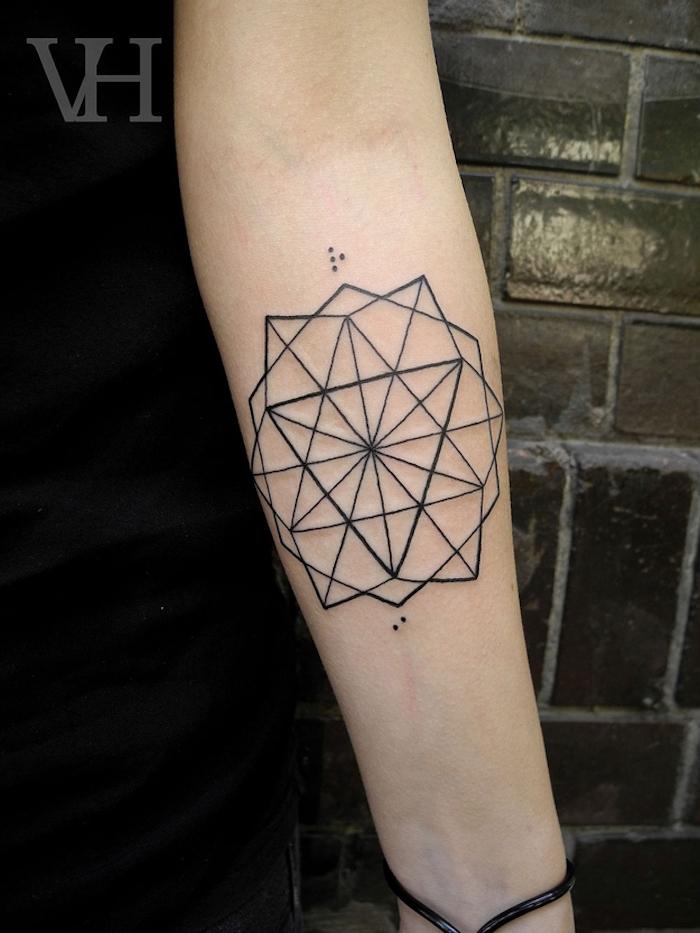 hand mit einem schwarzen armband aus leder und mit einem großen schwarzen geometrischen tattoo mit dreiecken, tattoo motive für hand