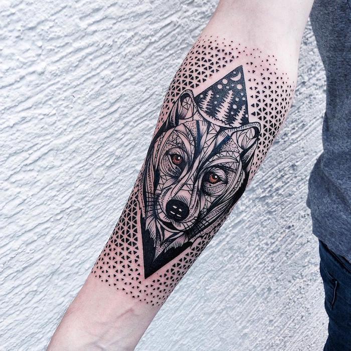eine weiße wand und eine hand mit einem schwarzen tattoo mit einem wolf mit orangen augen und mit einer schwarzen nase, ein wald mit drei weißen bäumen und einem weißen halbmond und weißen sternen