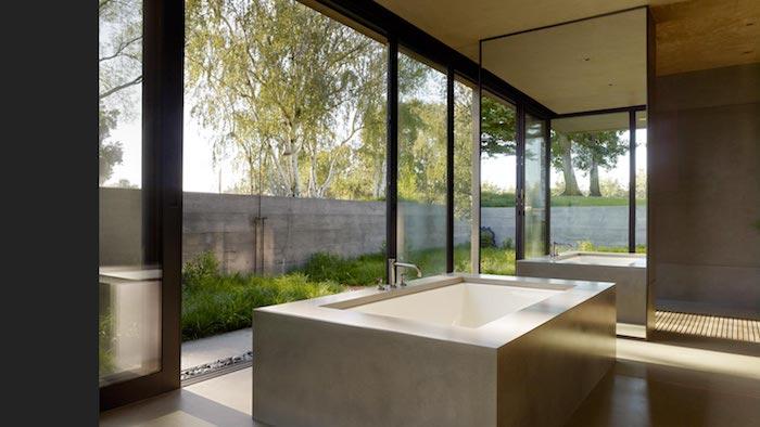 gartendusche bauen ideen, ein haus mit weißer badewanne, garten mit bäumen mit grünen blättern