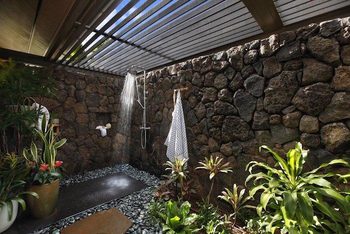 gartengestaltung ideen, haus mit garten mit wänden aus steinen und mit kleinen grünen pflanzen und blättern, blumentopf mit grünen und roten blumen und blättern, sichtschutz gartendusche