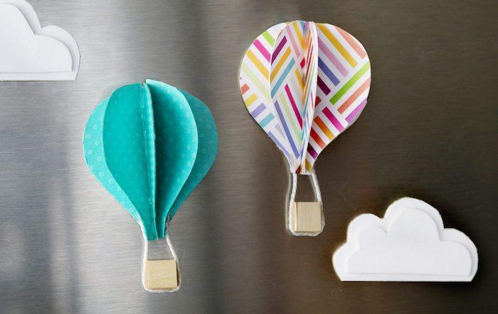 heißluftballon basteln, kleien weiße wolken, weißer papier mit geometrischen motiven, holzwürfel