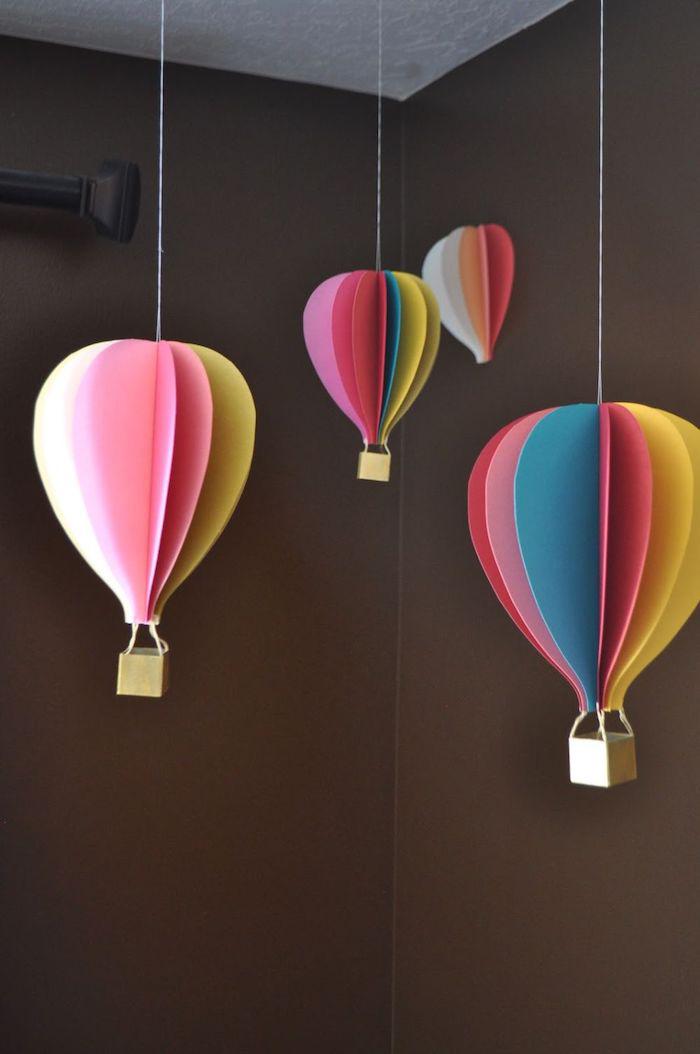 hängende ballons, heißluftballon deko, basteln mit papier, braune wände, holzwürfel