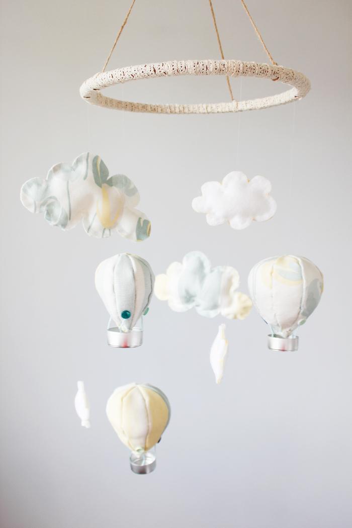 heißluftballon basteln, selbstgemachtes mobile, kleine wolken und ballon, babyzimmer deko