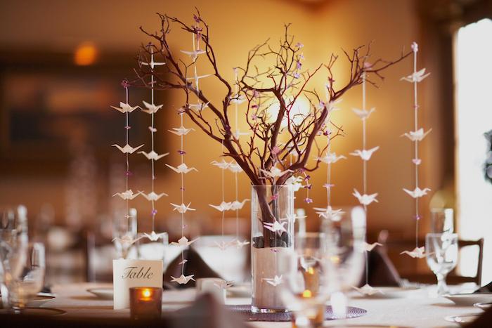 hochzeitsdeko tisch, baum dekoriert mit origami vögeln, kleine figuren aus papier, zweige