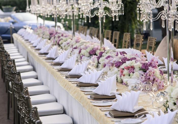 hochzeitsdeko tisch, dekorationen aus glas, wei-e udn lila blüten, weiße servietten
