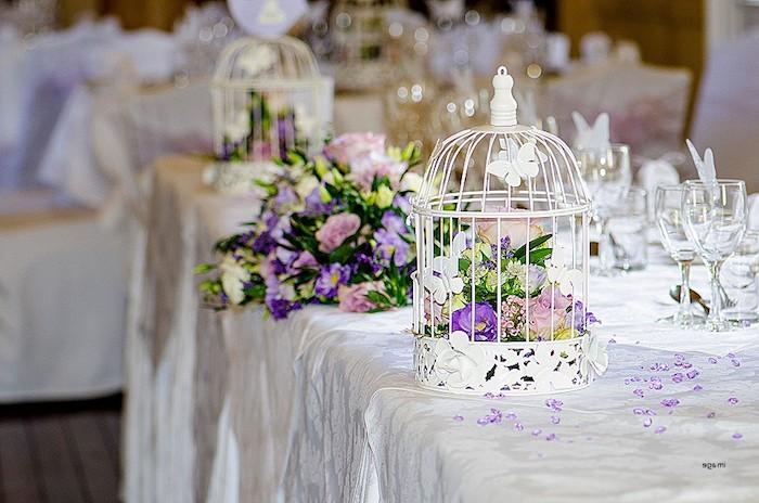 hochzeitsdeko tisch, weiße käfige gefüllt mit blumen, weiße tischdecke, hochzeitsdekoration