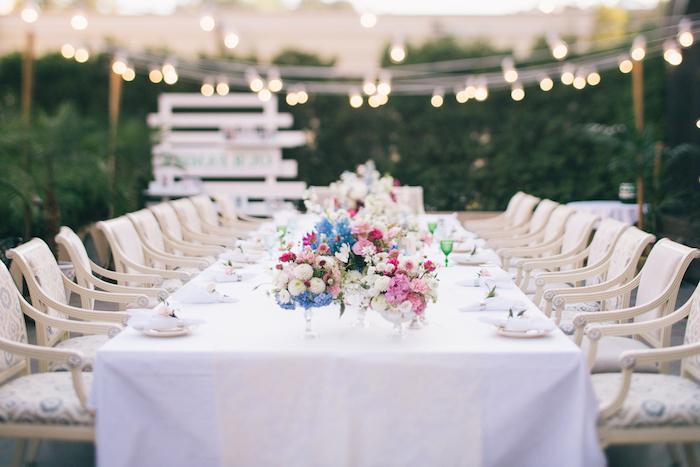 hochzeitsdeko tisch, weiße decke, tischdeko in weiß, rosa und blau, viele lichterketten, beleuchtung, garten