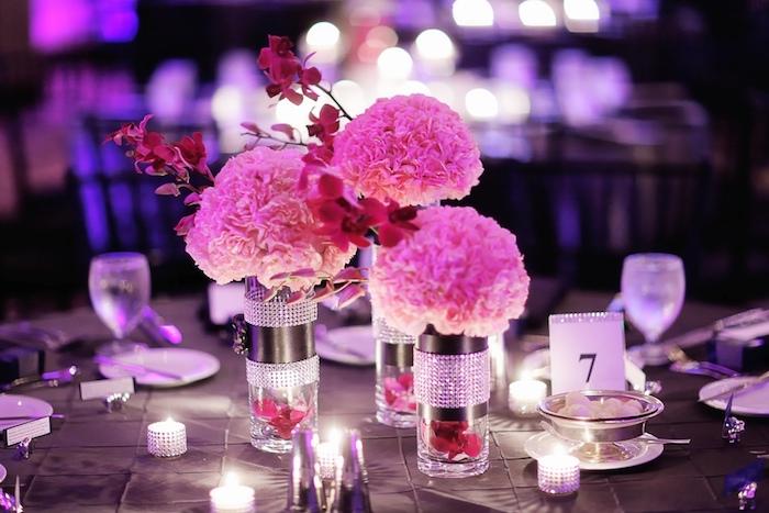 hochzeitsdeko tisch, glasvasen dkeoriert mit steinen, rosa hortensien, schwarze tischdecke