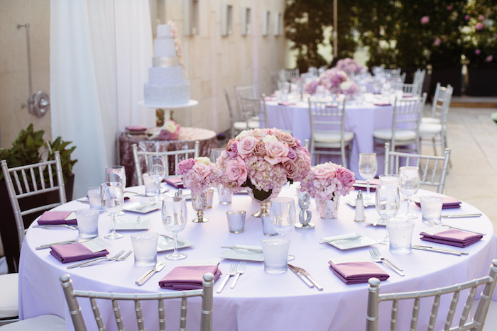 hochzeitsdeko tisch, helllila tischdecke, lila servietten, silberne stühle, tischdekoration