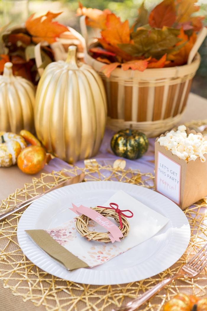 Tischdeko für herbstliche Hochzeit, kleiner Kranz mit Botschaft, bunte Herbstblätter, Kürbisse besprüht mit goldenem Spray