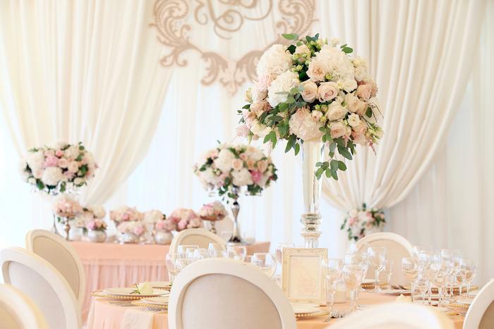 hochzeitsdeko tisch, weiße vorhänge dekoriert mit blumen, blumengestecke aus glas