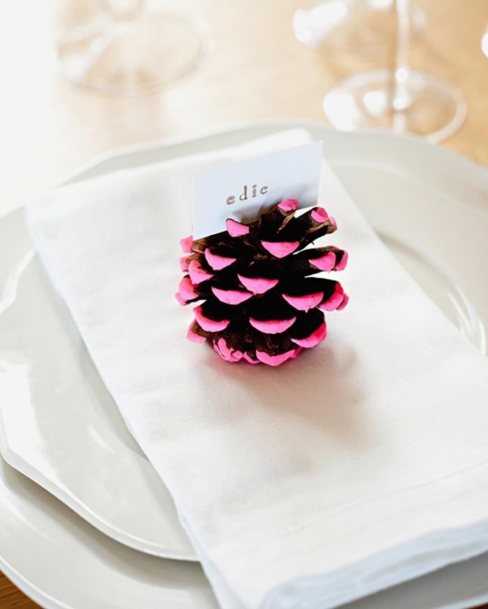 Zapfen mit violettem Nagellack dekorieren, DIY Kartenhalter, kleiner weißer Zettel mit dem Namen des Gastes