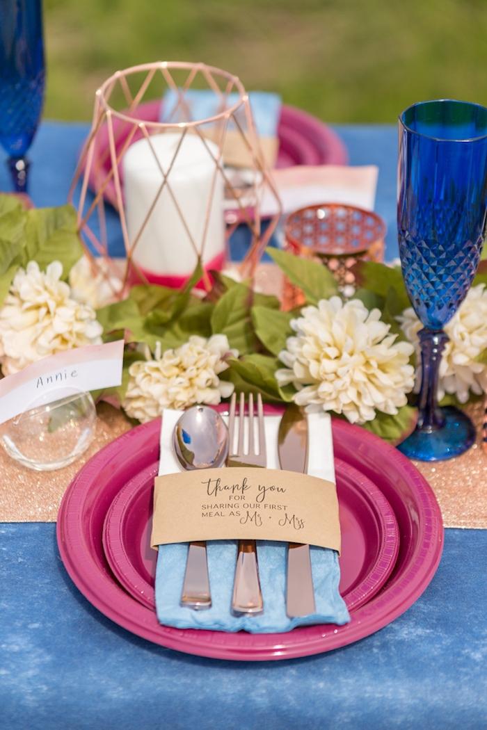 Schöne Tischdekoration, weiße Chrysanthemen und Kerzen, blaue Tischdecke und Weingläser