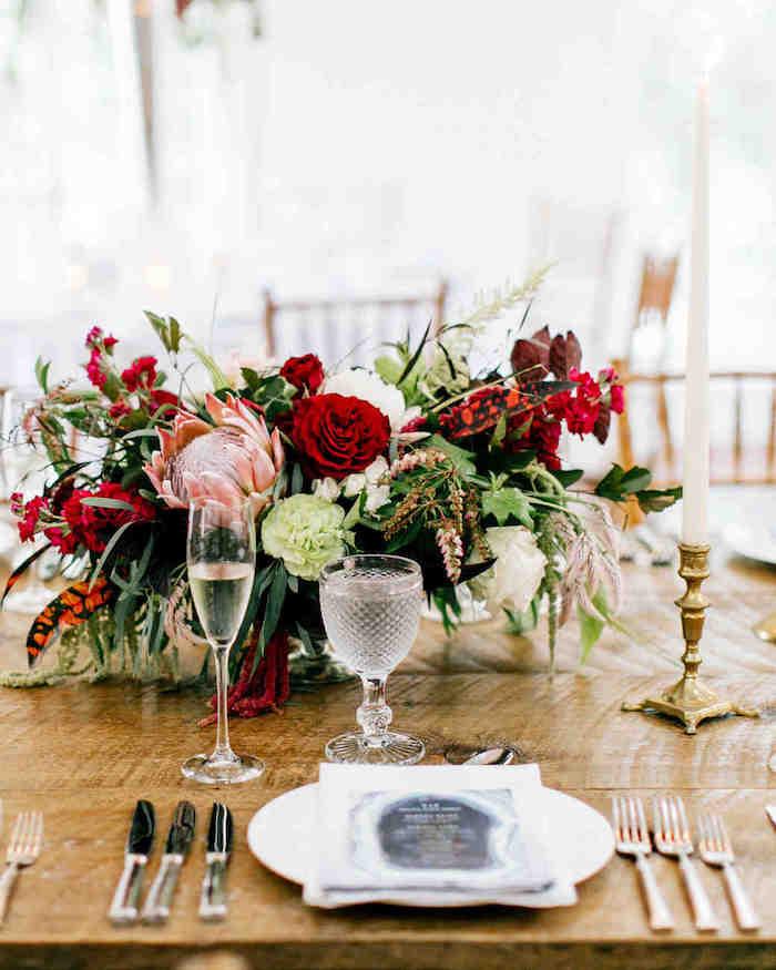 hochzeitsdeko tisch im rustikalem stil, rote und weiße blumen in kobmiantion mit grünen zweigen