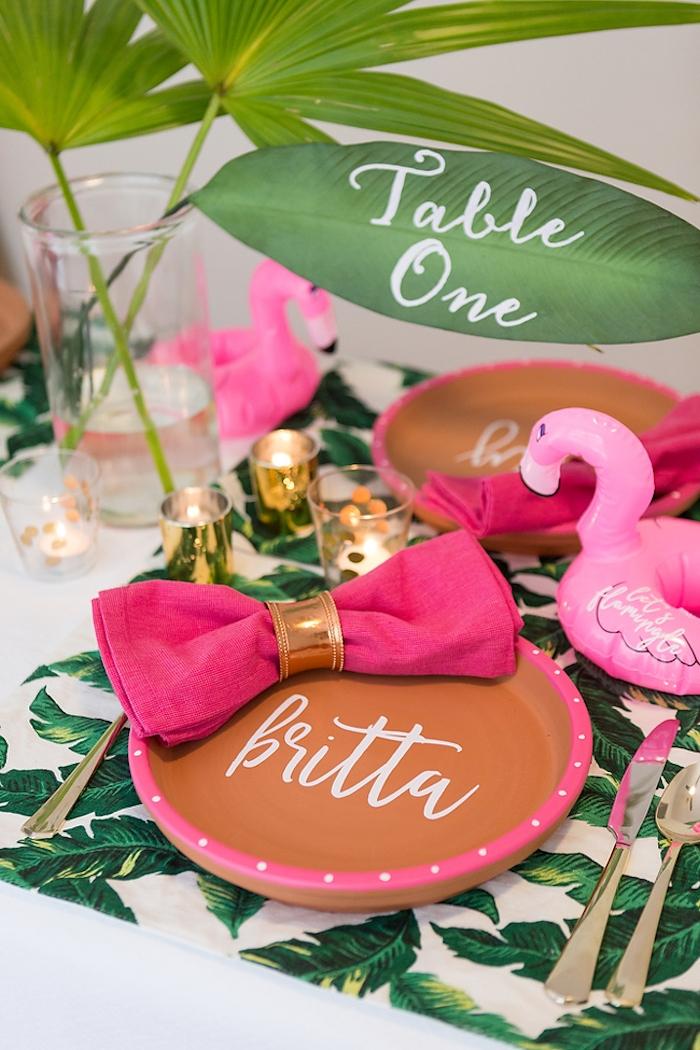 Tischdeko für Maritime Party, Palmenblätter und kleine Flamingo, violette Serviette mit goldenem Serviettenring