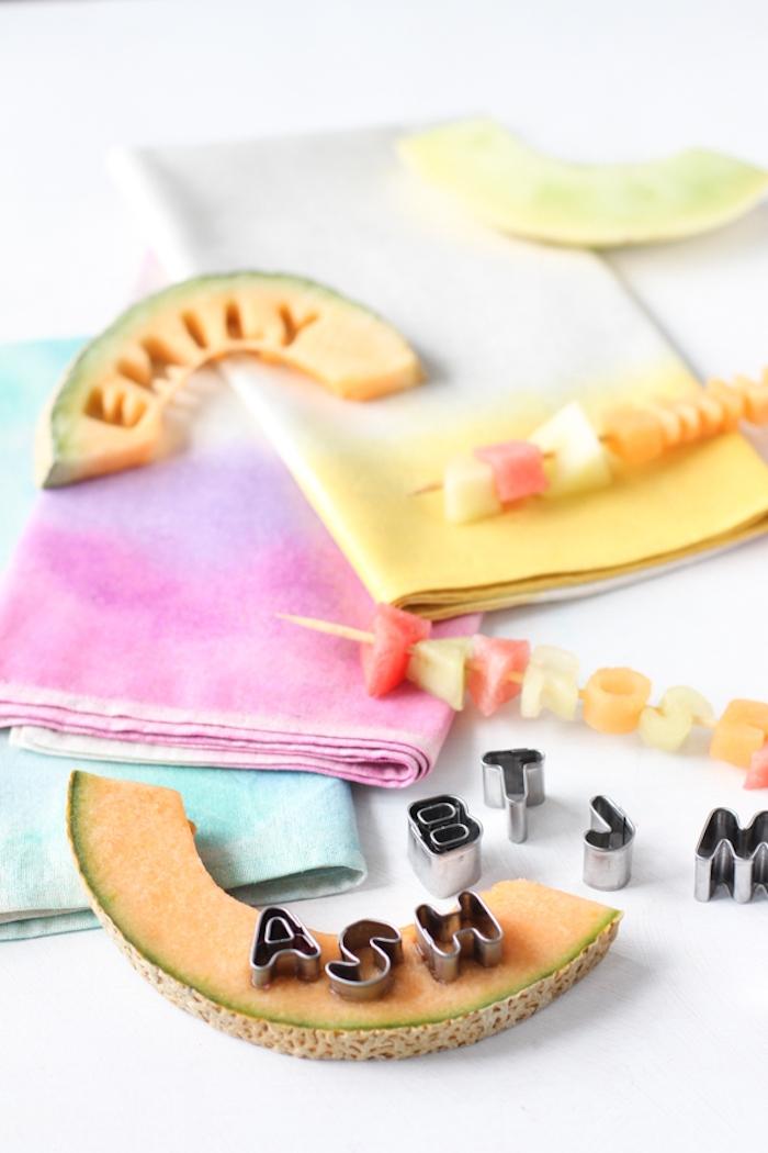 Buchstaben aus Zuckermelone schneiden, kreative Idee für DIY Platzkarte, Tischdeko für Sommer Party