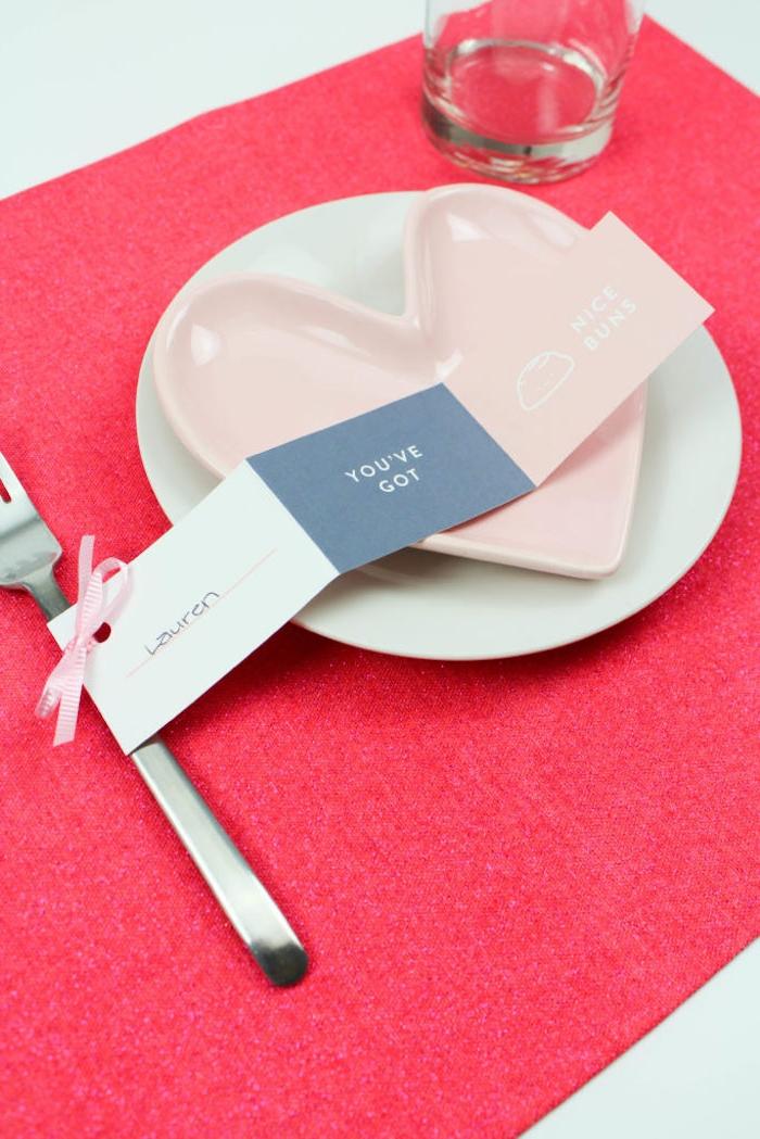 Tischkarte selbst ausdrucken, an der Gabel mit Band befestigen, Teller in Form von Herz