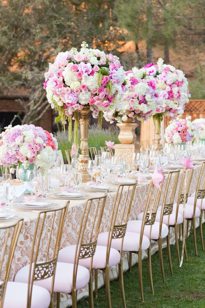 hochzeitstischdeko in rosa und weiß, golgene blumengestecke mit rosen, langer tisch