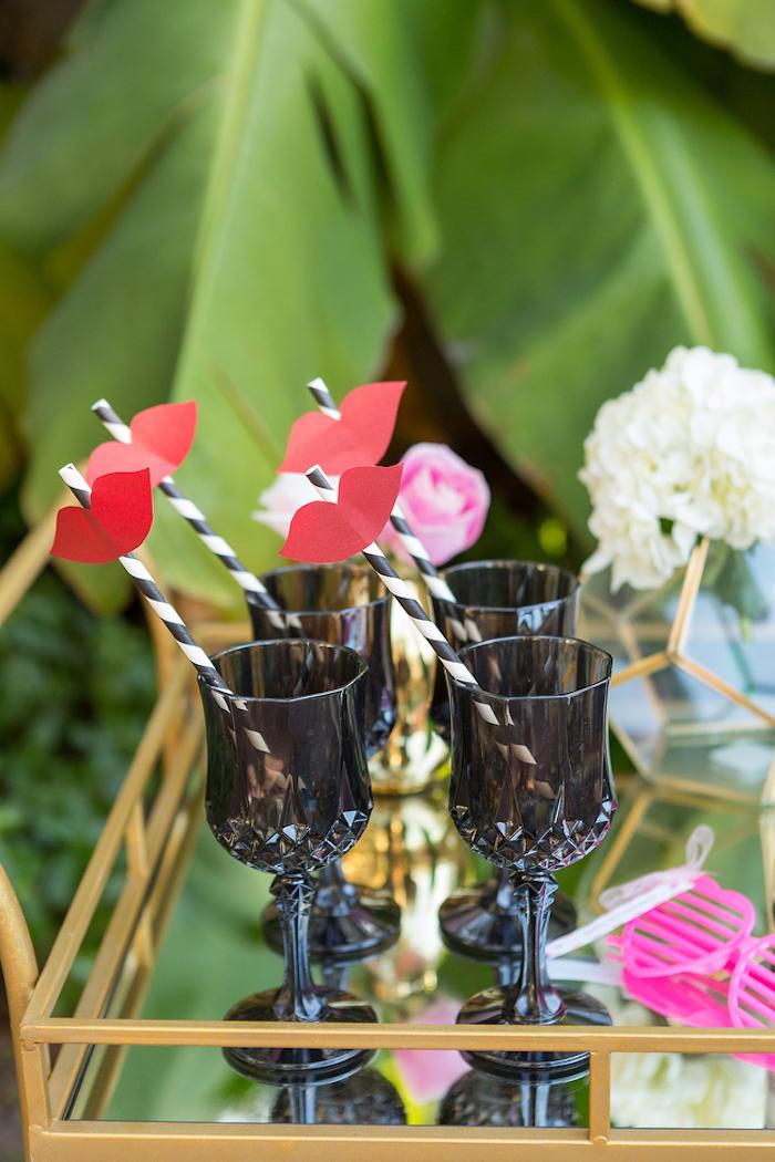 Küsse aus Papier schneiden und an Strohhalmen befestigen, Tischdeko für Sommer Party