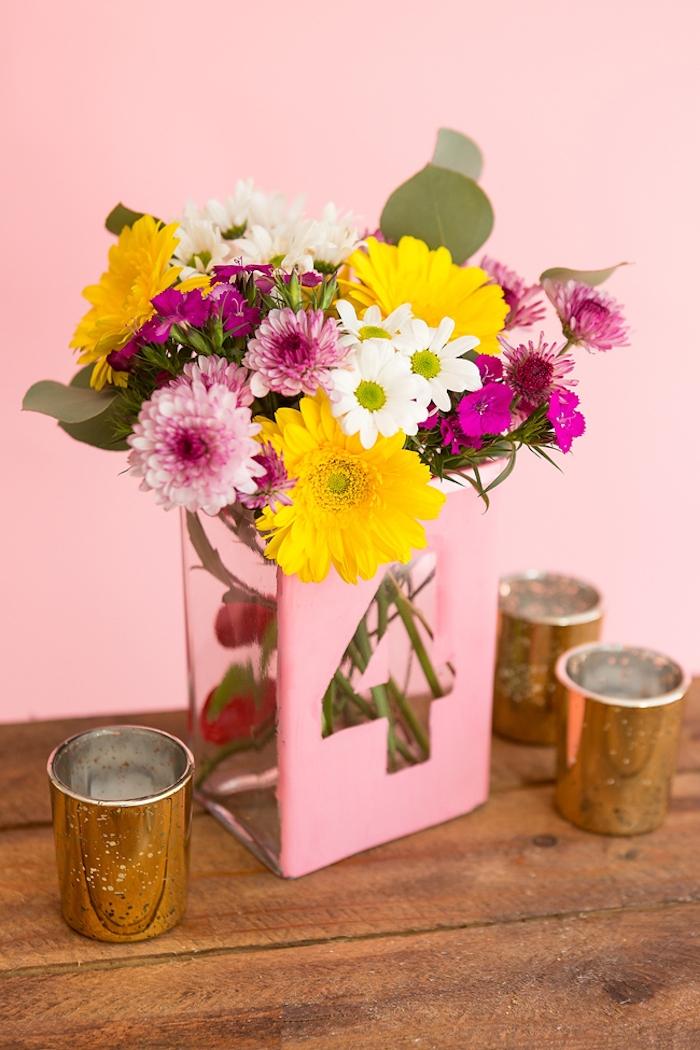 Rosafarbene Vase mit der Tischnummer, bunte Gerbera und Chrysanthemen, DIY Tischdeko für Hochzeit