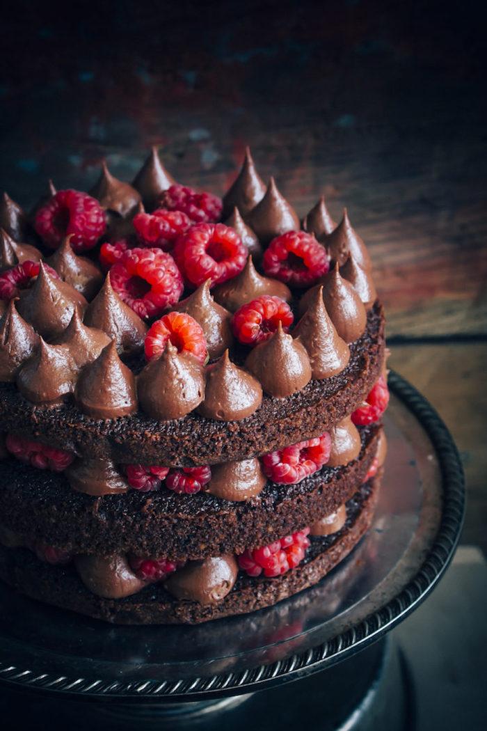 Dreistöckige Torte mit Kakao-Boden, Schokoladencreme und frischen Himbeeren