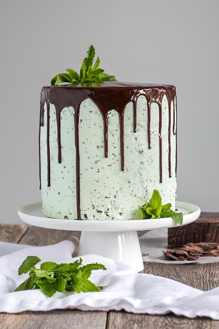 Idee für selbstgemachte Hochzeitstorte mit Minze und Schokoladenglasur, leckere Torte selber backen