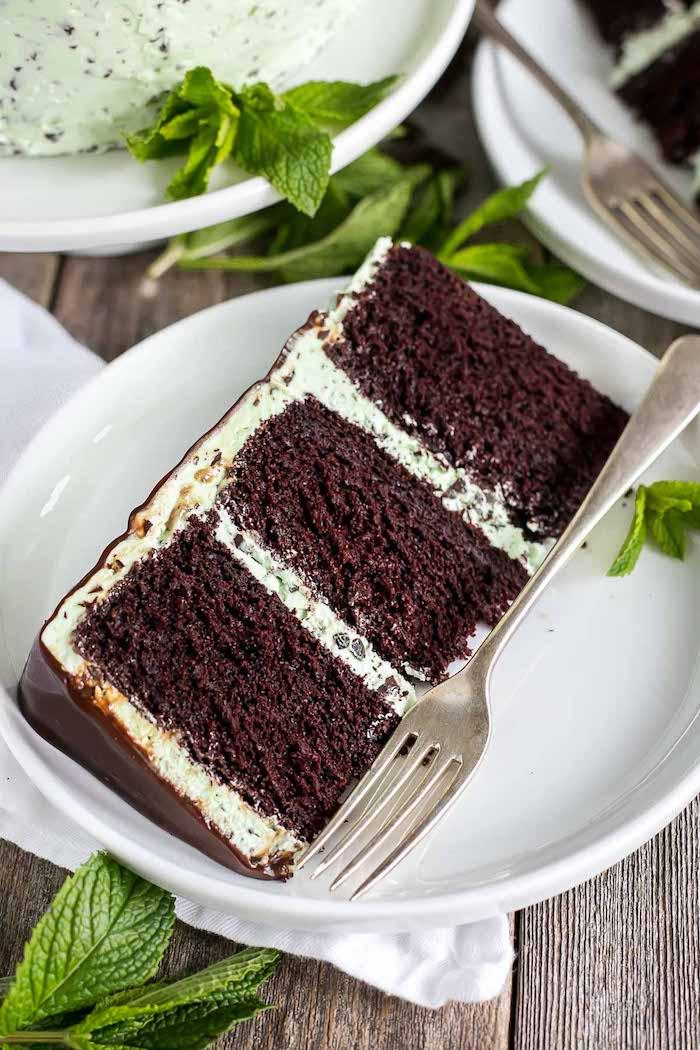 Dreistöckige Torte mit Kakao-Boden und Minze-Creme, leckeres Tortenstück genießen