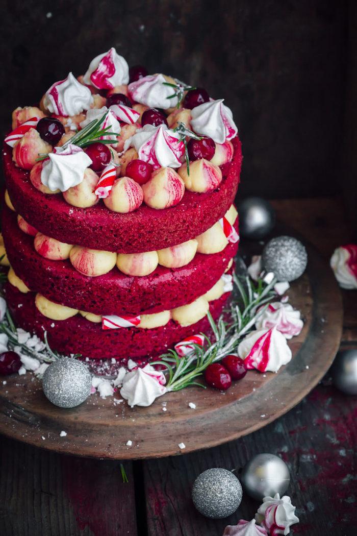 Dreistöckige Torte zu Weihnachten backen, mit roten Tortenböden, Torten für besondere Anlässe