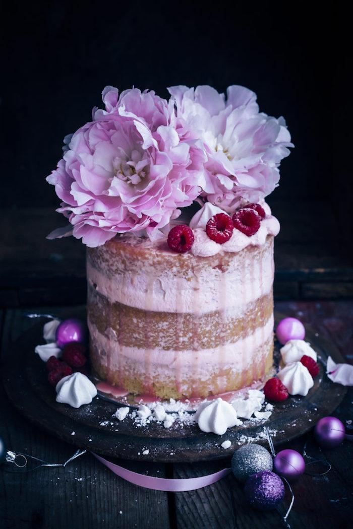 Dreistöckige Torte mit Vanillecreme, dekoriert mit Pfingstrosen und frischen Himbeeren
