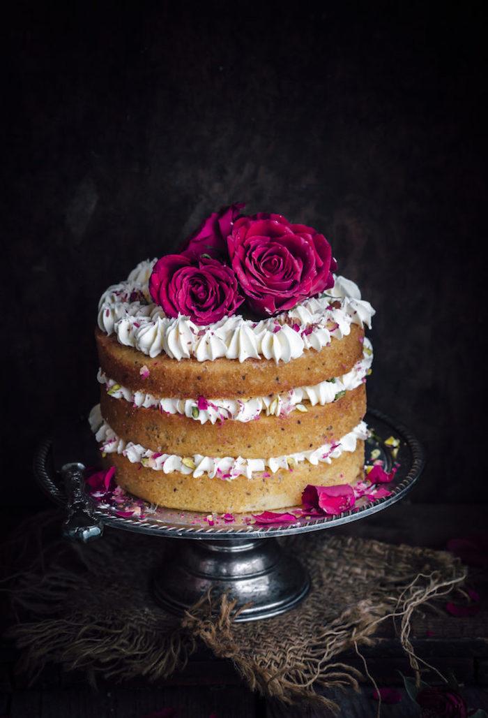 Hochzeitstorte selber machen, dreistöckige Torte mit Vanillecreme, dekoriert mit echten roten Rosen