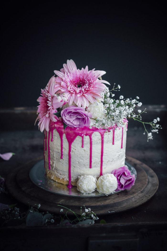 Dreistöckige Torte mit Vanillecreme und Erdbeersiryp, dekoriert mit echten Gerbera