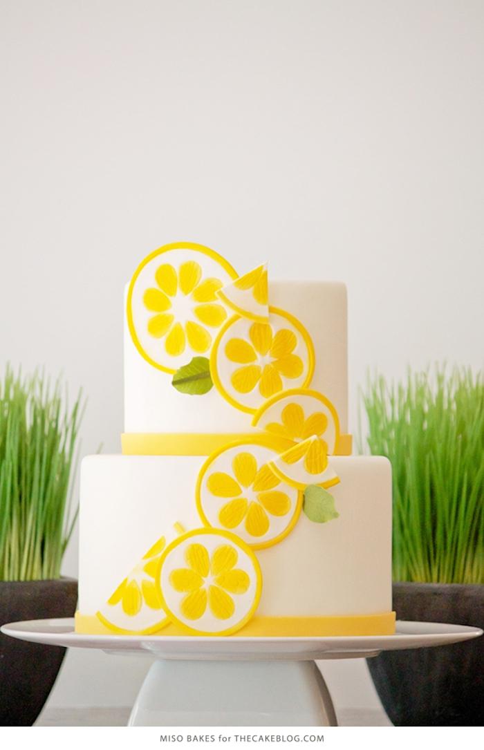 Zweistöckige Fondant Torte selber machen, Zitronenscheiben aus Fondant, Idee für selbstgemachte Hochzeitstorte