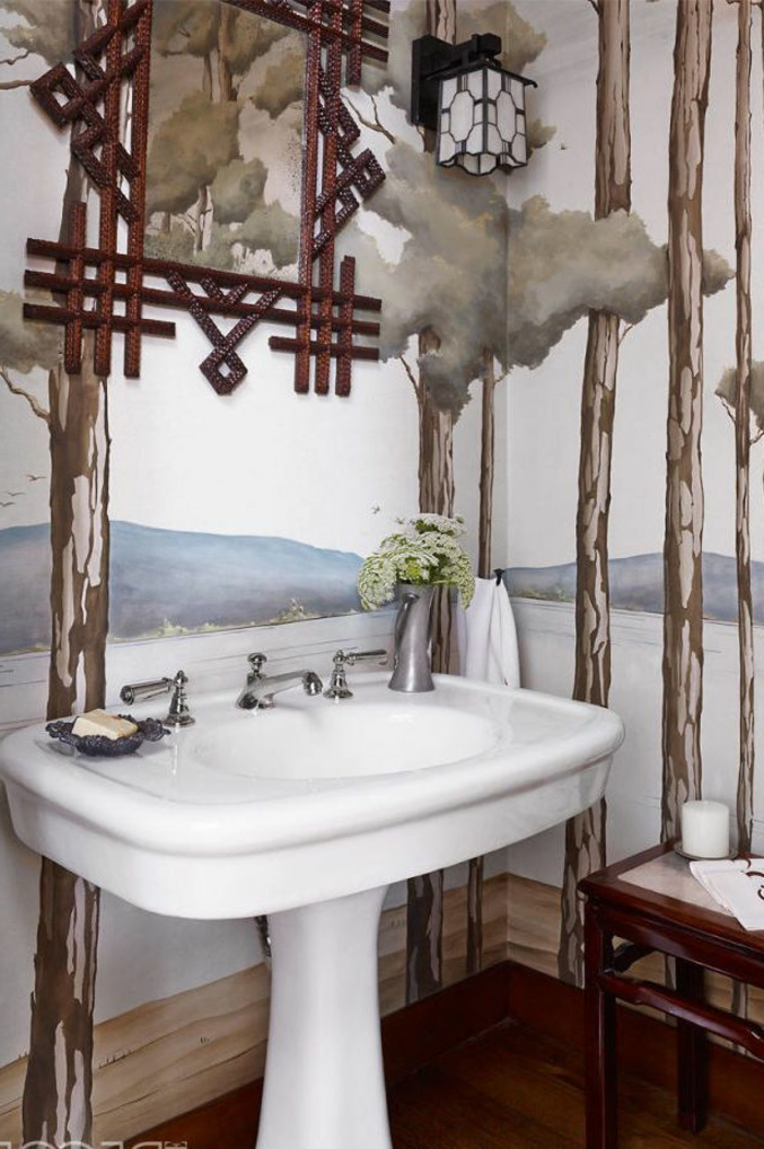 ein weißer Waschbecken, bunte Wände, Laminatboden, günstige Badmöbel für kleine Bäder