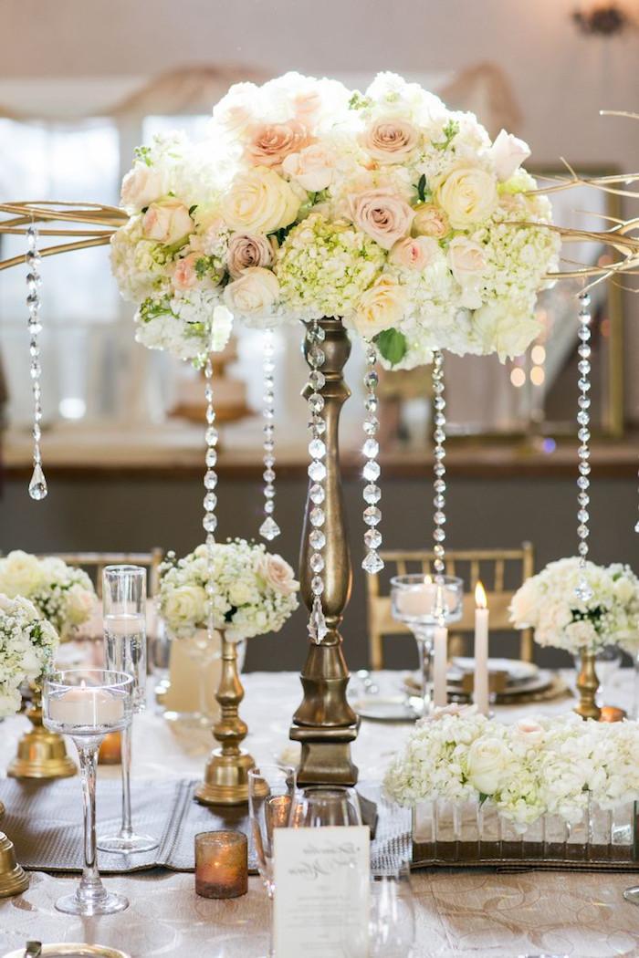 hohe goldene blumengestecke hochzeit mit kristallen, weiße blüten