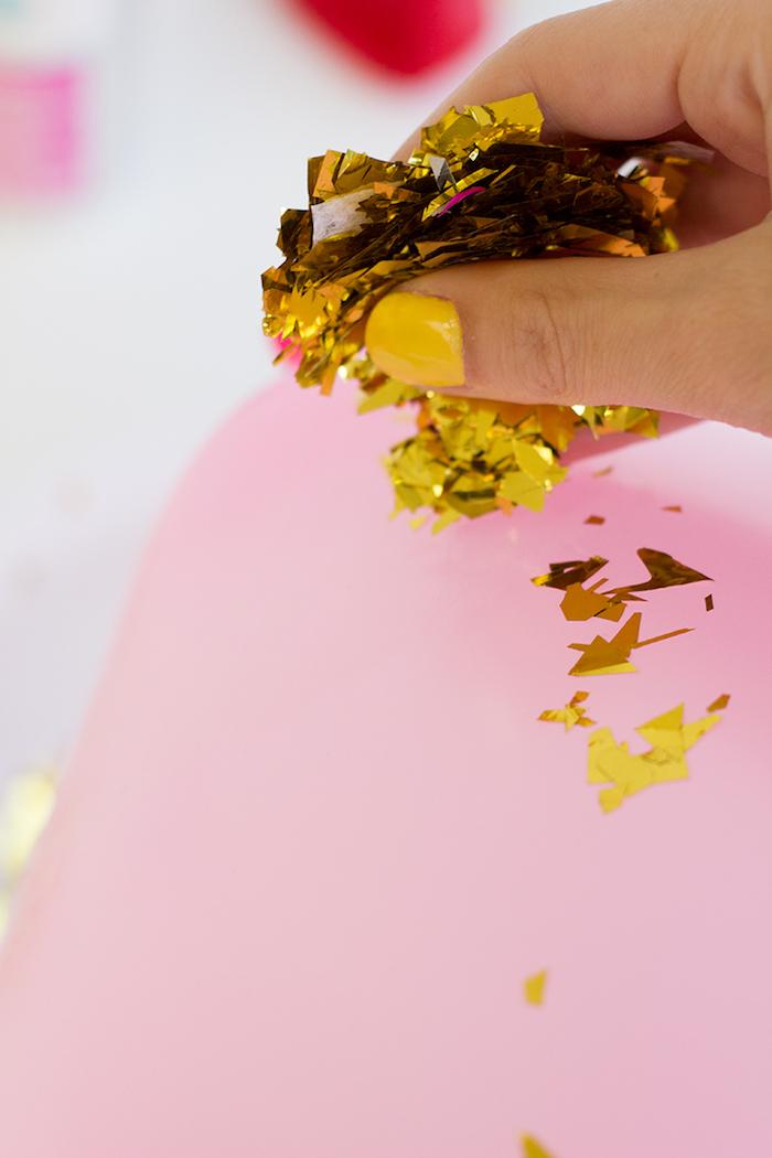 Einfarbige Ballons mit goldenem Glitter verzieren, leichte und schnelle DIY Idee für tolle Geburtstagsdeko
