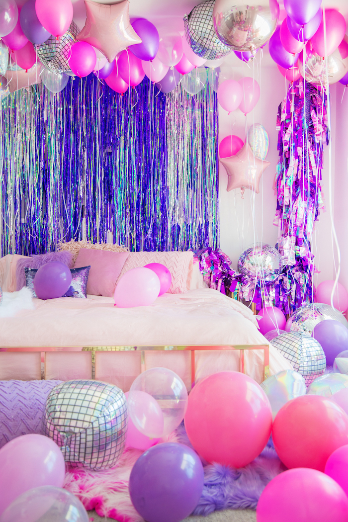 Zimmer für Geburtstagsparty dekorieren, viele bunte und durchsichtige Ballons und glänzende Girlanden