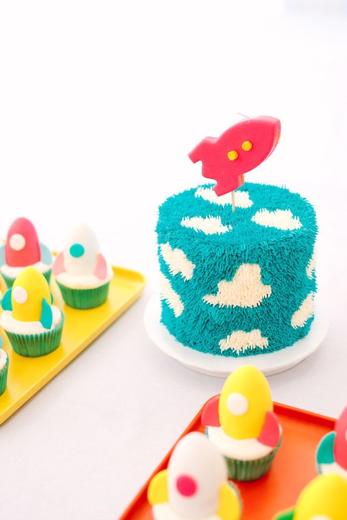 Leckereien für Kindergeburtstag, Geburtstagstorte und Cupcakes mit Raketen