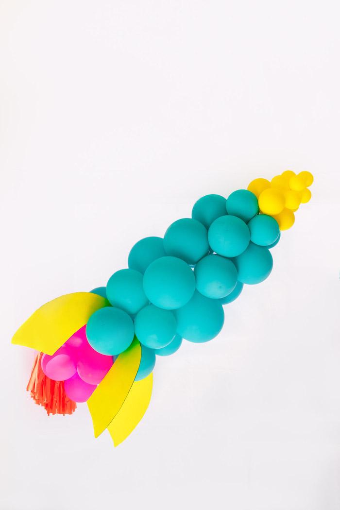 Rakete aus bunten Ballons und Pappkarton selber machen, tolle Idee für DIY Party Deko